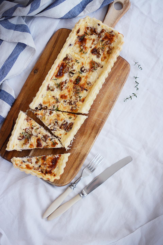 Slaný tart s karamelizovanou cibuľkou, čedarom a tymianom