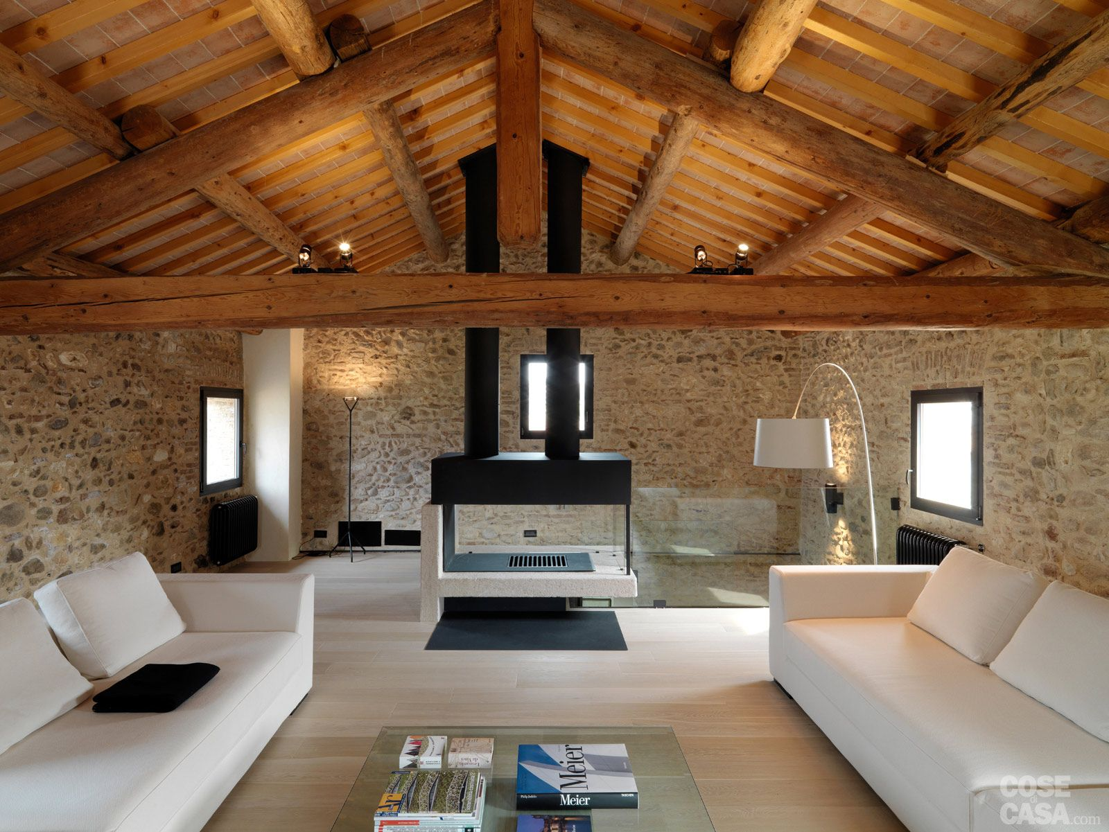 Legno e pietra a vista nella casa restaurata disegno for Interni case design