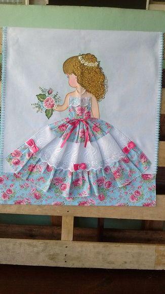 Barrado feito em tecido. Acabamento em crochê. Detalhes do vestido em fita cf64006f54c