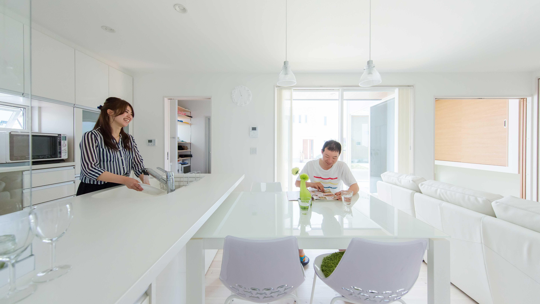 白で統一された爽やかなキッチンダイニング ルポハウス 設計事務所