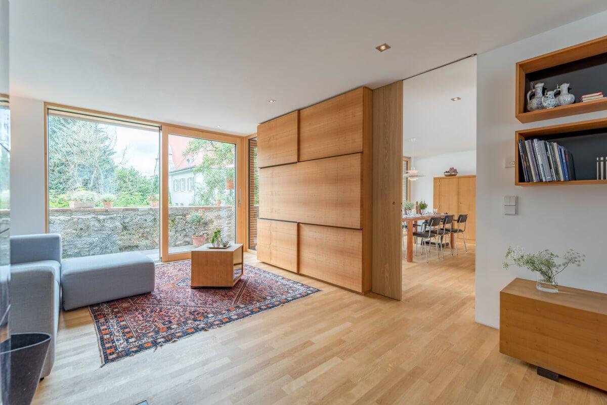 Wohnzimmer Trennwand Holz mit Schiebetür - Einrichtungsideen