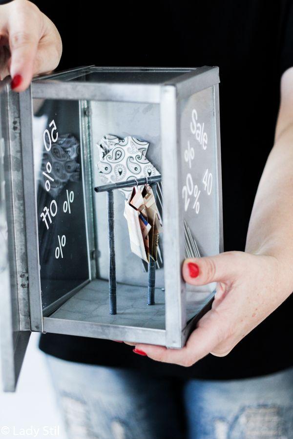 geldscheine im sale oder wie pr sentiert man geld in hemdform in einem schaufenster shop diy. Black Bedroom Furniture Sets. Home Design Ideas