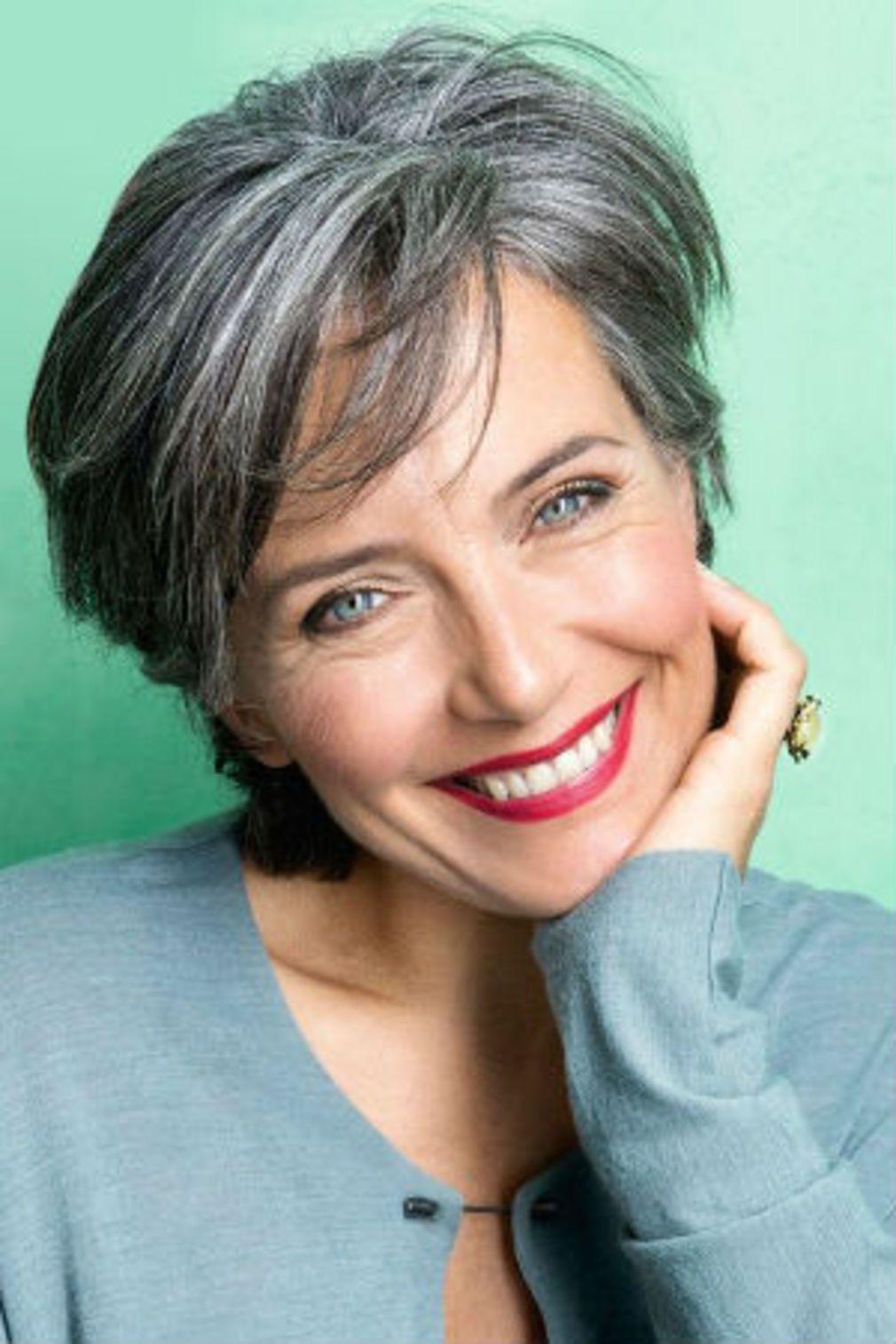 Souvent Cheveux gris : 40 coiffures qui ne font pas mamie | Cheveux gris  EZ96