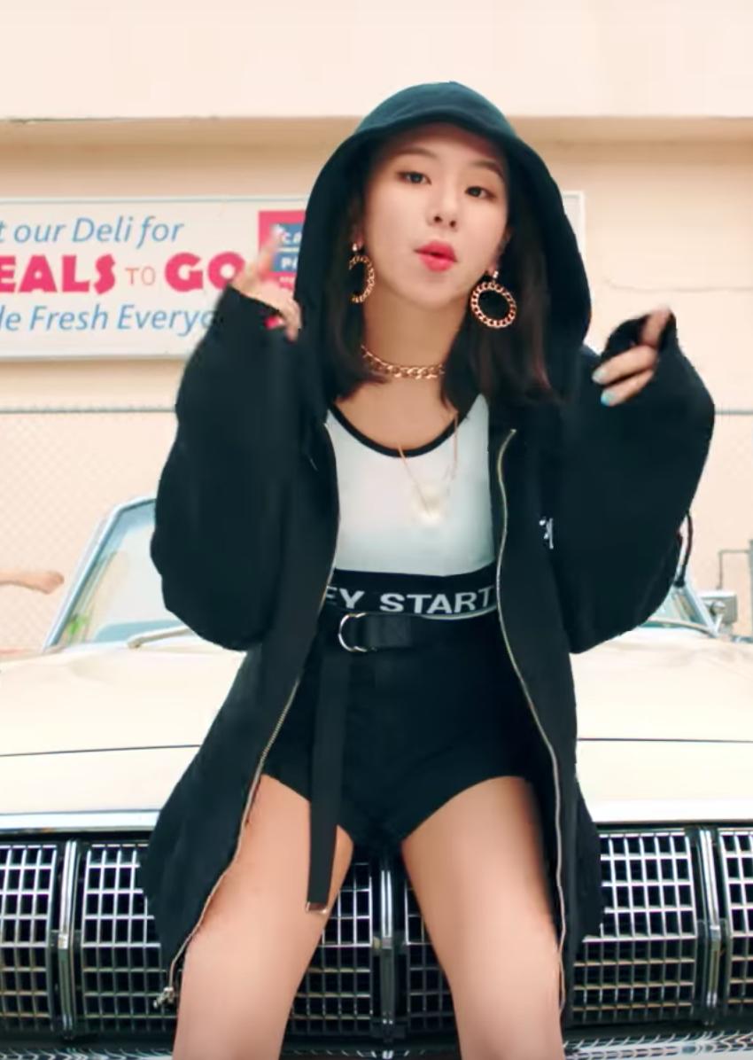 60e38add36 chaeyoung likey mv outfit