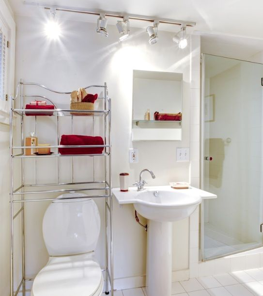 Captivating White Simple Guest Bathroom Decor Ideas With Track Lighting | Decolover.net