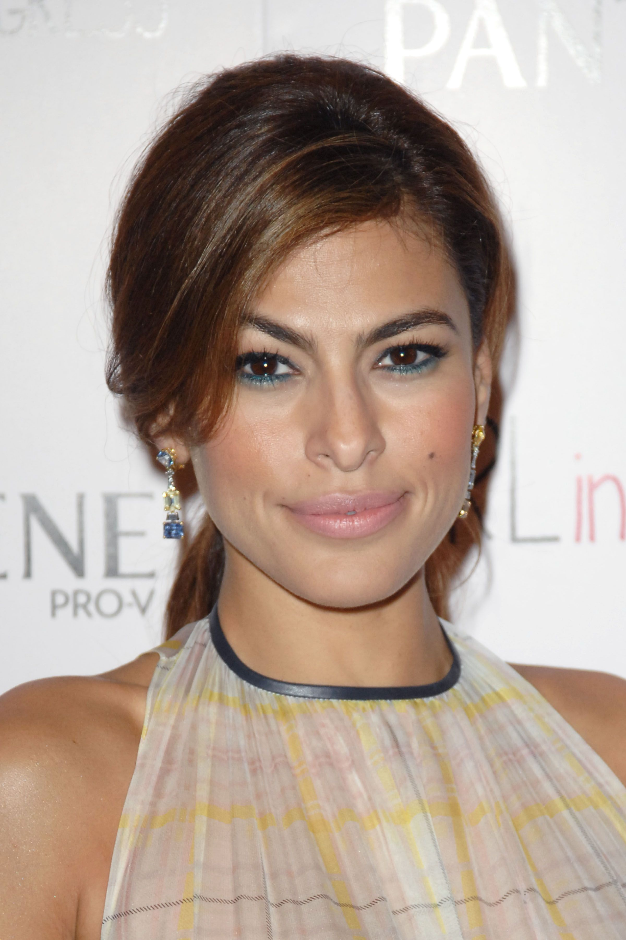 d87062c888c How to apply blush if you have an oval-shaped face    Eva Mendes ...