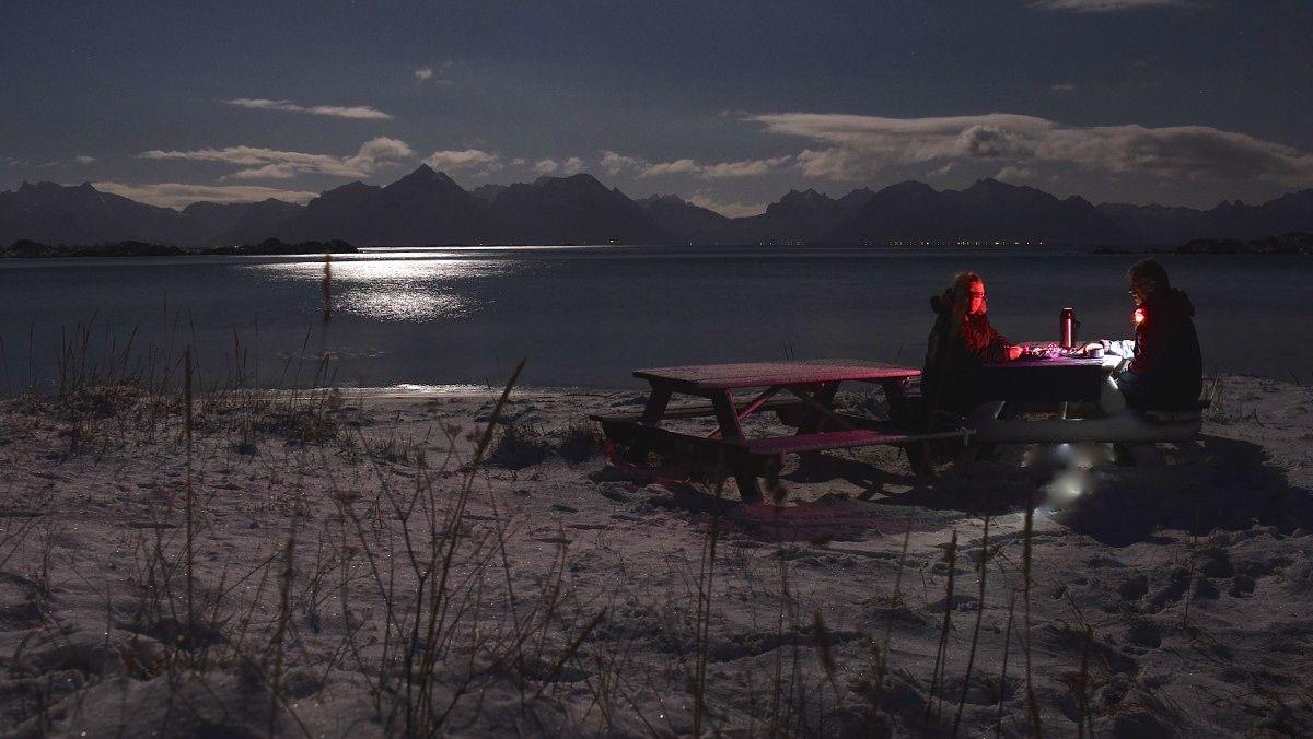 Måneskinn og kaffekos på en benk ved Taen i Hadsel - Måneskinn og kaffekos på en benk ved Taen i Hadsel. - Foto: Erling Dreyer /