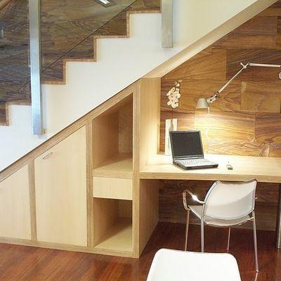 Estudio bajo escalera oficina ahorrar espacio for Soluciones bajo escalera