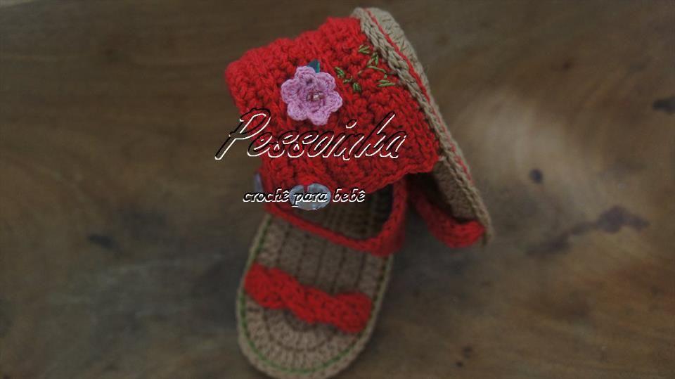 linda sandália, confeccionada com linha 100% algodão na cor vermelha, aplicação de mini flor em crochê na lateral.