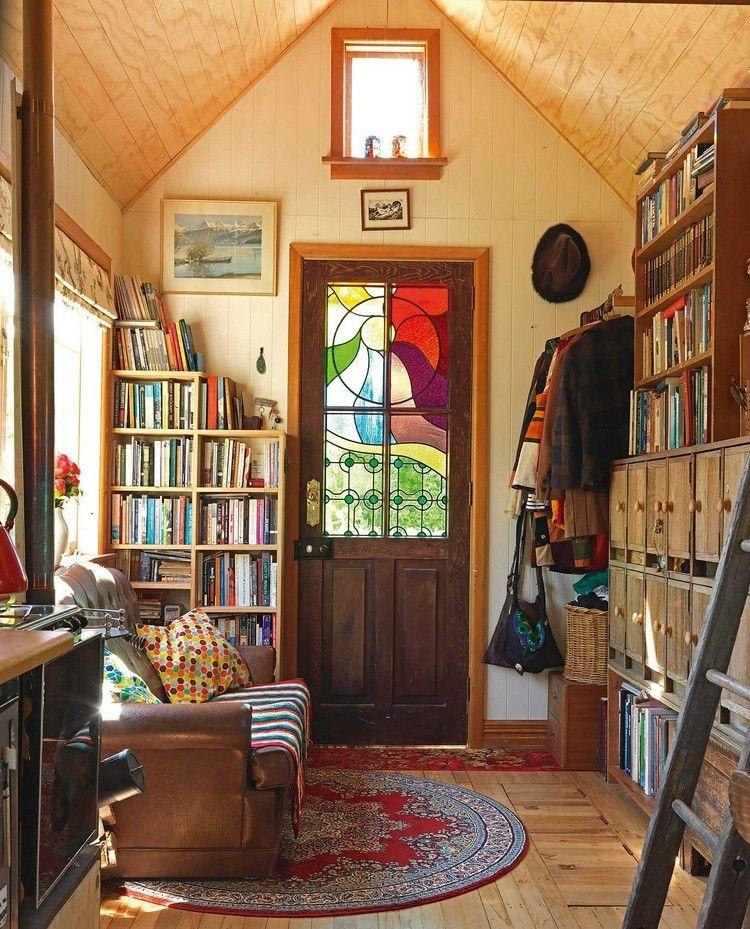plafond bois porte vitr e en bois fonc tapis rond canap droit en cuir et rangements muraux. Black Bedroom Furniture Sets. Home Design Ideas