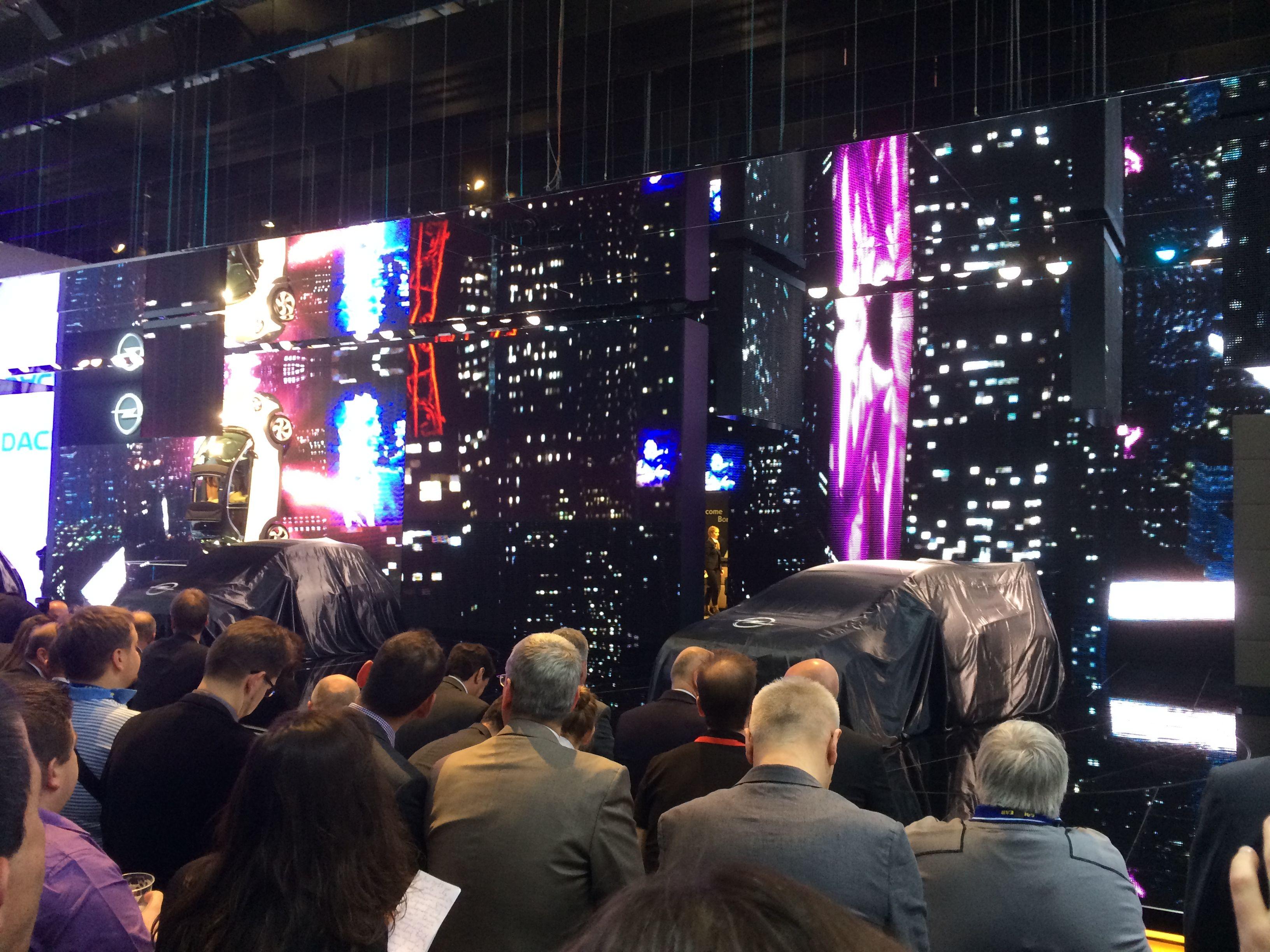 """Opel var også gået i """"storby-stemning"""". Her inden pressemødet kl. 11, hvor bl.a. den nye Adam Rocks blev præsenteret."""