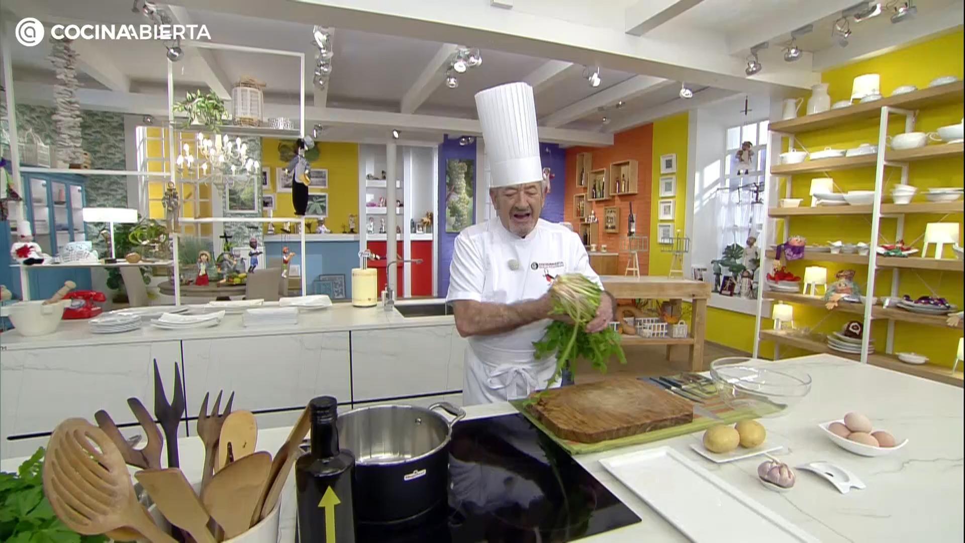Achicoria Salteada Con Patatas Fritas Y Huevo Escalfado De Karlos Arguiñano Video Receta Video Recetas Salteado Recetas Con Verduras