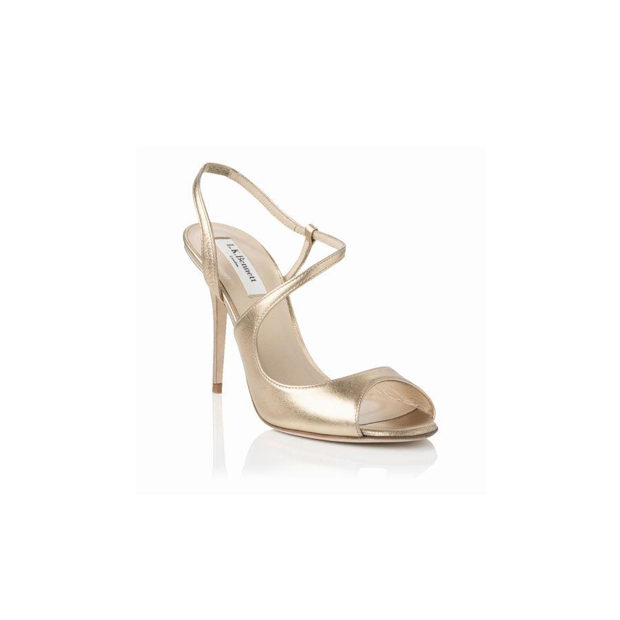 ac35366ef4f44 shopping de zapatos de tacón y su equivalente plano para el día de tu boda  sandalias  doradas de L.K. Bennett