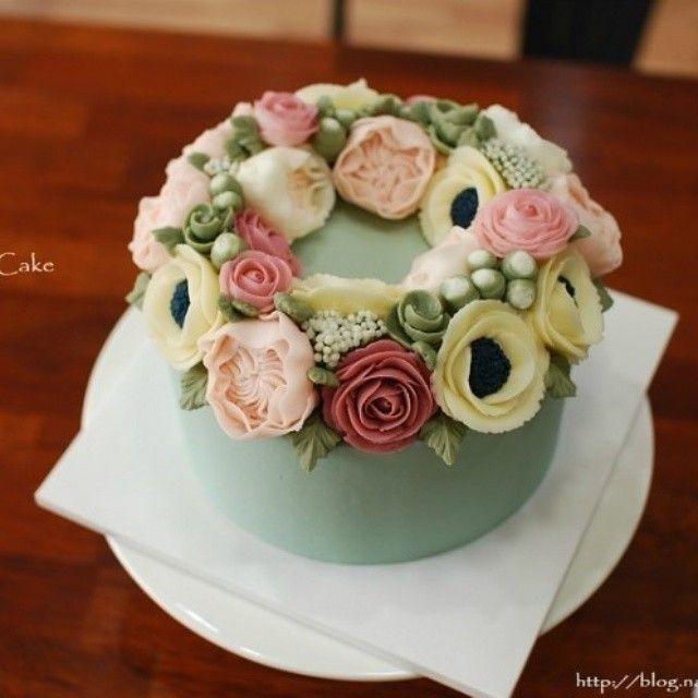 The 4th work of my Thailand student♥ #flowercake #maricake #flower #cake #class #buttercreamrose #buttercreamflower #buttercream #buttercreamcake #davidaustinrose #anemone #wreath #mint #baking #vscofood #instafood #instaflower #instacake #foodstagram #flowerstagram #flowercakeclass 태국에서 오신 수강생분의 네번째 플라워케이크 #플라워케이크 #마리케이크 #케이크 #먹스타그램 #맛스타그램 #꽃스타그램 #빵스타그램
