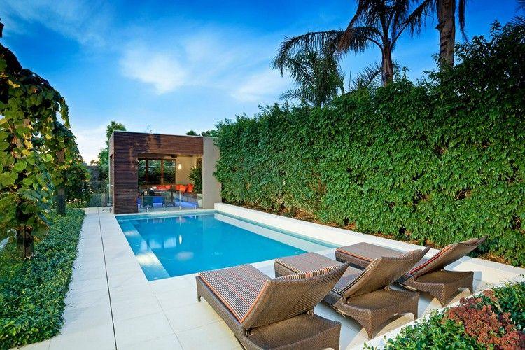 dallage piscine en pierre naturelle, lits de plage en résine tressé