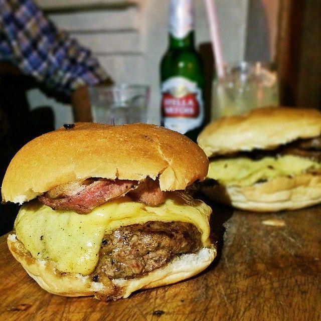Ele. O Burger dos Burgers. Queijo e bacon acompanha. #gaspaindica #gaspaindicahamburger #gaspaindicapinheiros #gaspaindicabarato #Padgram