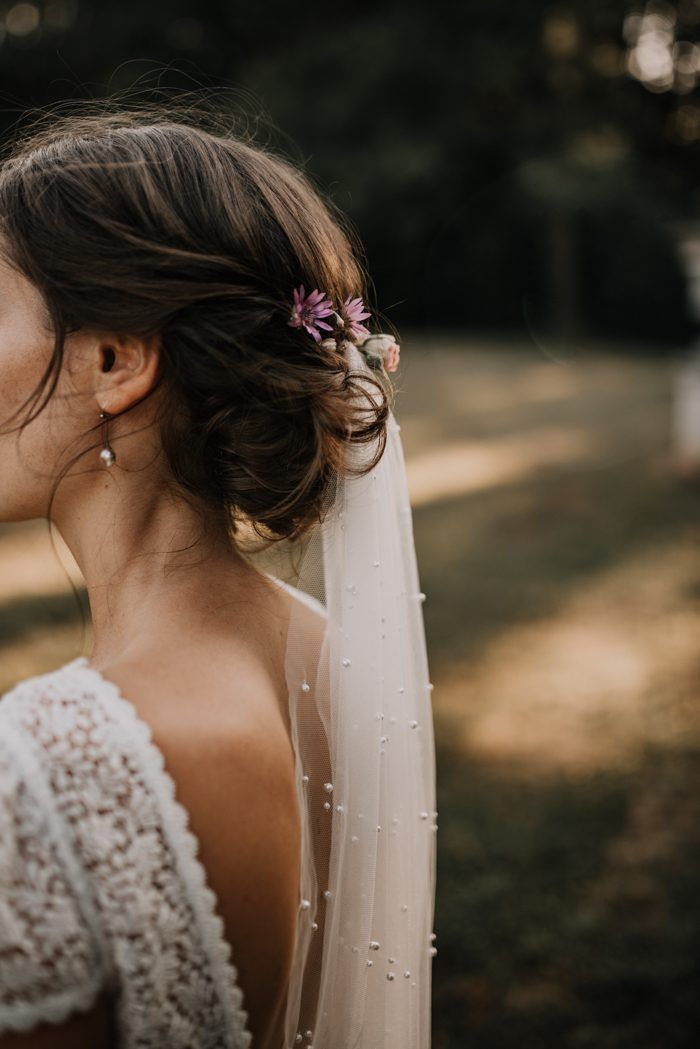 This bride paired an elegant pearl veil + small flowers for a natural bridal look | Image by Paulina Weddings