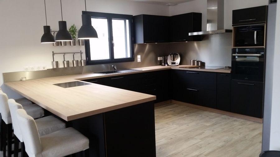 cuisine meubles noirs plan de travail bois clair maison