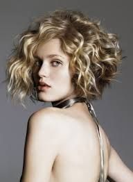 Pelo Corto Rizos Volumen Corto Atras Largo Adelante Buscar Con Google Curly Hair Styles Wavy Haircuts Short Curly Hair
