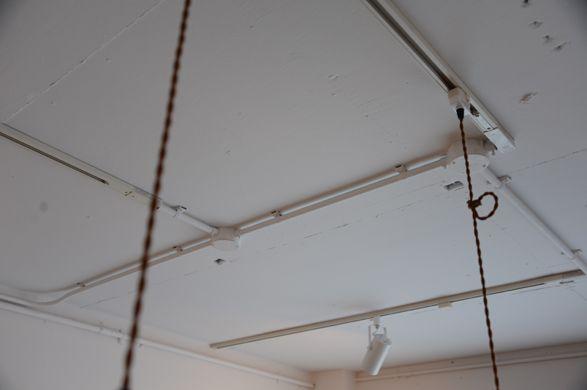 天井にはコンジット管で配線を 天井と同じホワイトに塗装しています 天井 無垢 フローリング 家