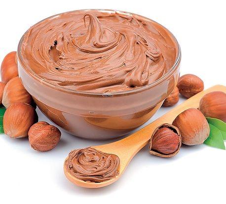 Domáci nugátový krém Suroviny:      tabuľka čokolády roztopit     125 g maslo     50 g pomleté lieskové orechy     kondenzované mlieko- do požadované konzistence