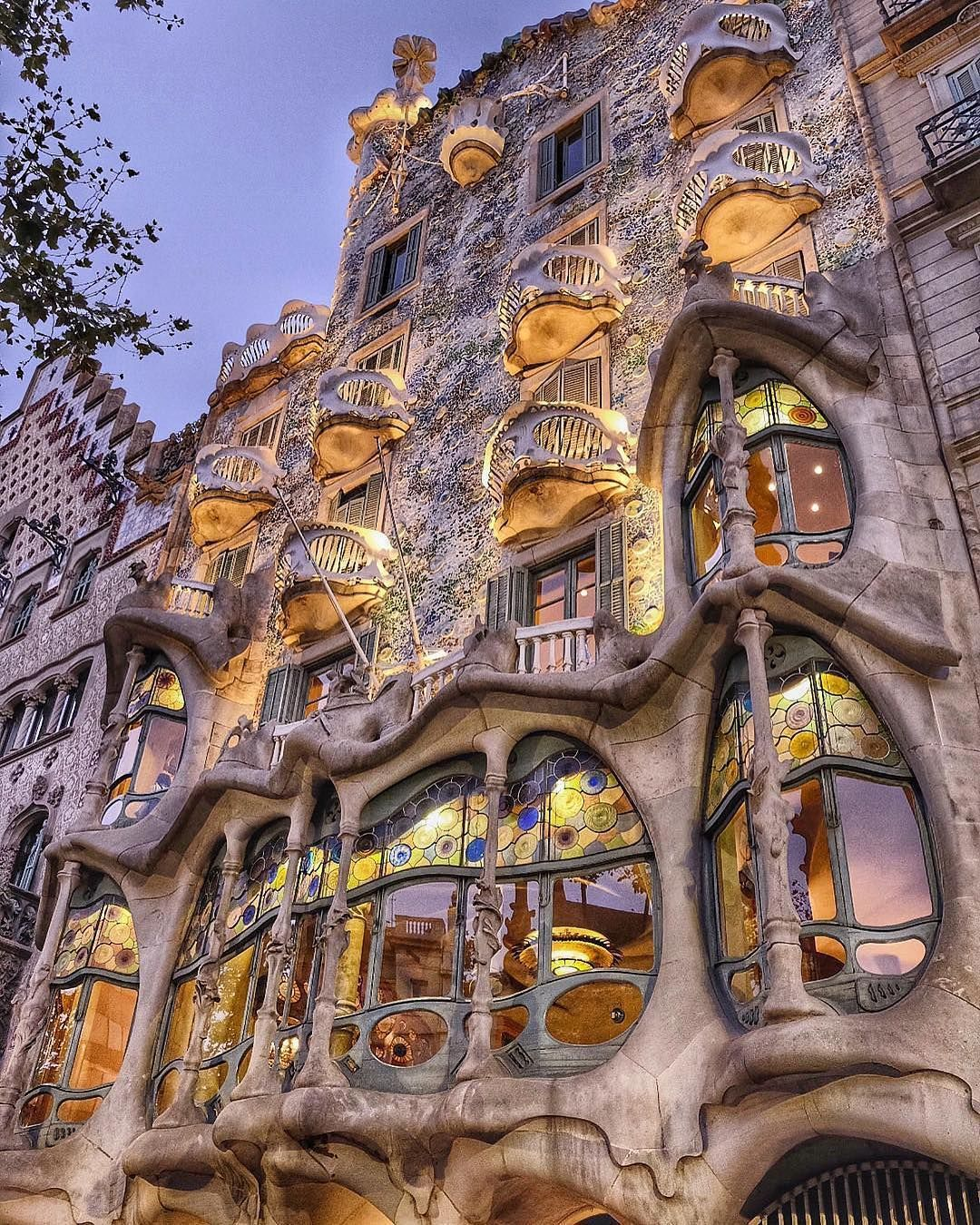 Casa Batllò Barcelona Spain Double Tap If You Like This Comment Below Share It Wi Arquitectura En España Antonio Gaudi Arquitectura Increíble