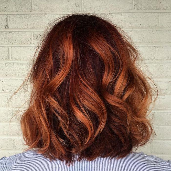 rote strähnchen in braunem haar, ideen für mittellange