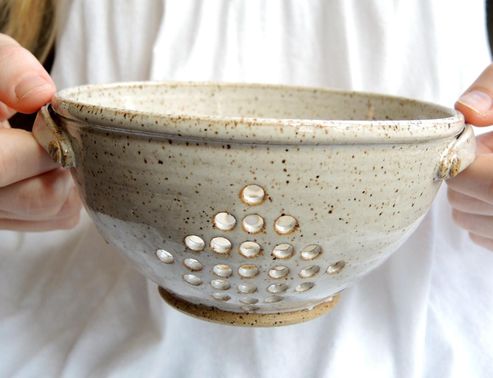 Classic berry bowl in speckled white with handles - pottery strainer for berries