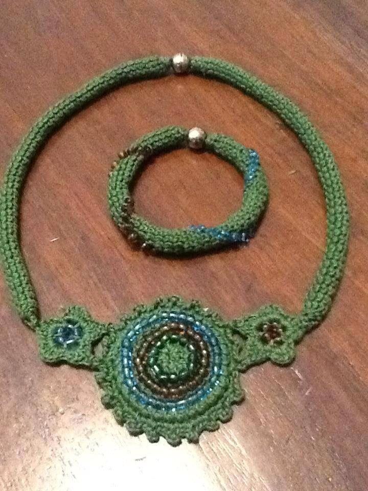 Collana e bracciale crochet, con perline