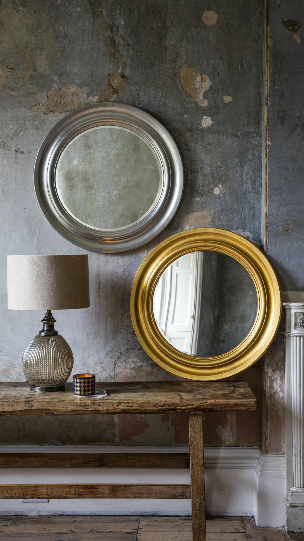 Runder Wandspiegel mit Metallausführung und mit hellem goldenen ...