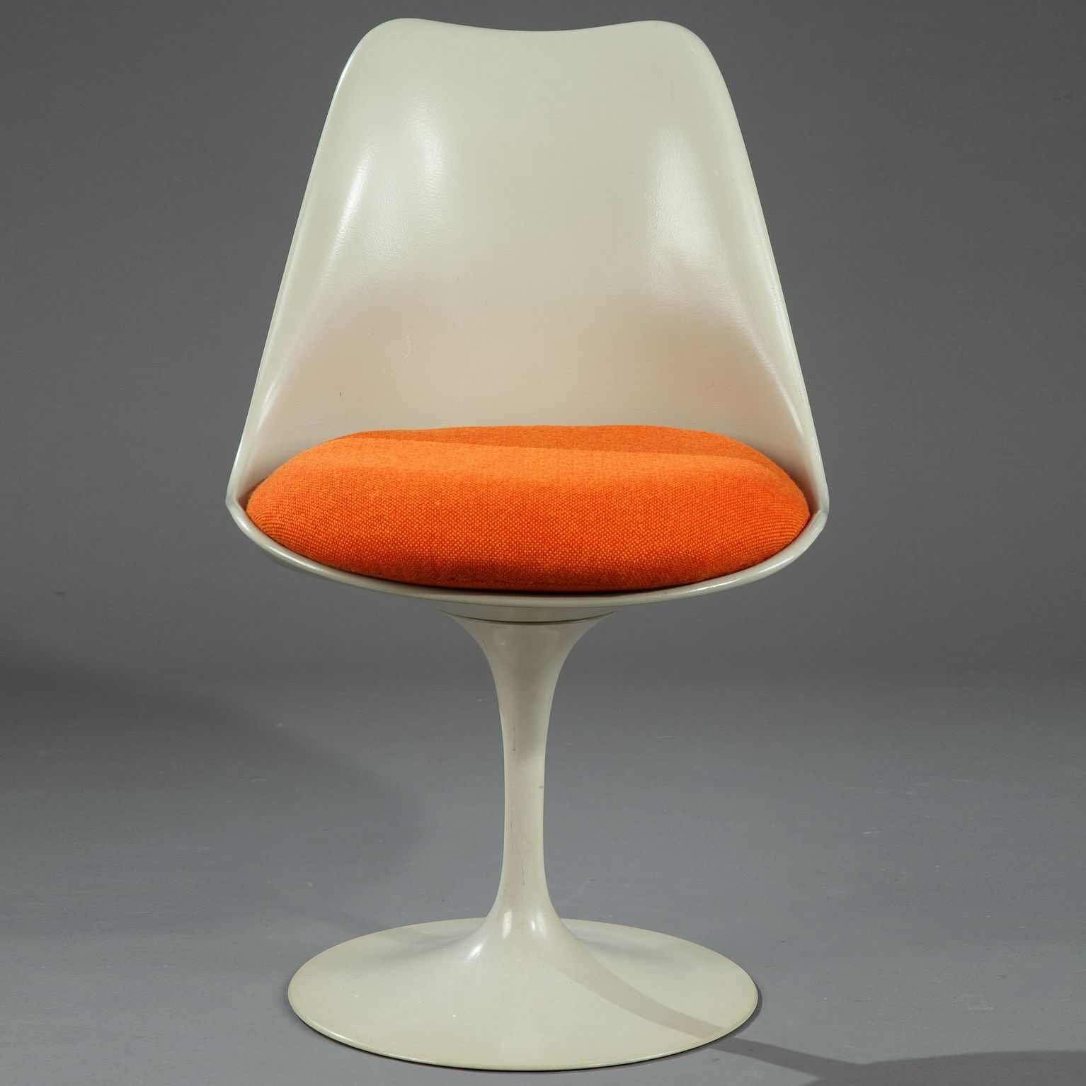 Tulip Chair In Bright Beige Metal Resting On A Rotating Base With New Upholstery In Orange Fabric Created In 1956 By E Chaise Tulipe Mobilier De Salon Tulipe