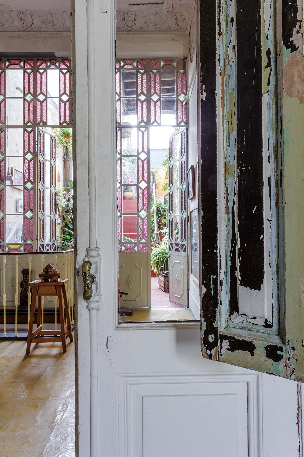 Una casona llena de arte espacios de trabajo estudio - Puertas de cristal para interiores ...