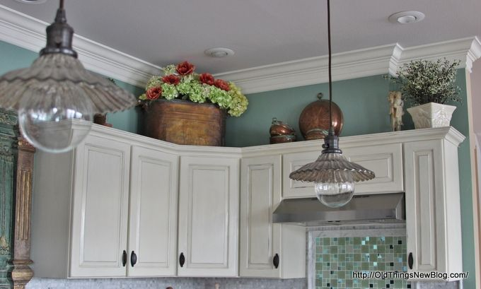 annie sloan paint/ drawer pulls on doors. whoa a budget kitchen
