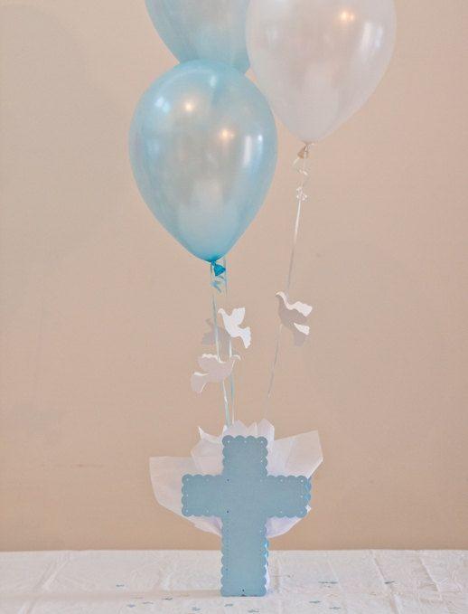 Imagen centros de mesa para bautizos con globo cruz