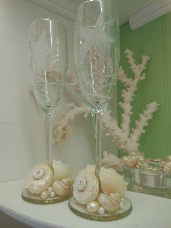 Playa decoración par de estrellas grabados diseño y flautas de champán - playa de Shell boda