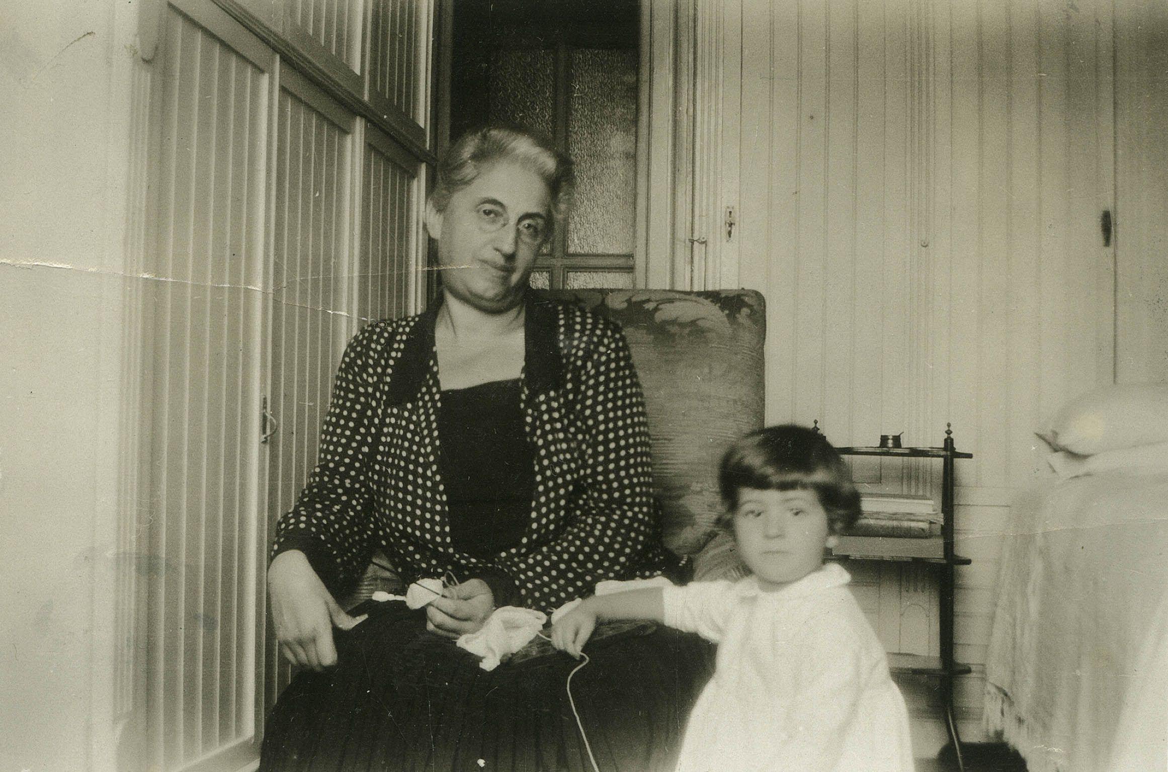 Si alz e and a prendere una cornice nonna e nipote nel - Si porta al collo ...