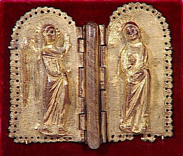 Mors de chape : Annonciation 2e moitié 13e siècle PRODUCTION SITE Limoges (origine) TECHNIC/MATERIAL chased , copper , engraved , gilded , pearl (material) , repoussé DIMENSIONS Height: 0.11 m Length: 0.13 m