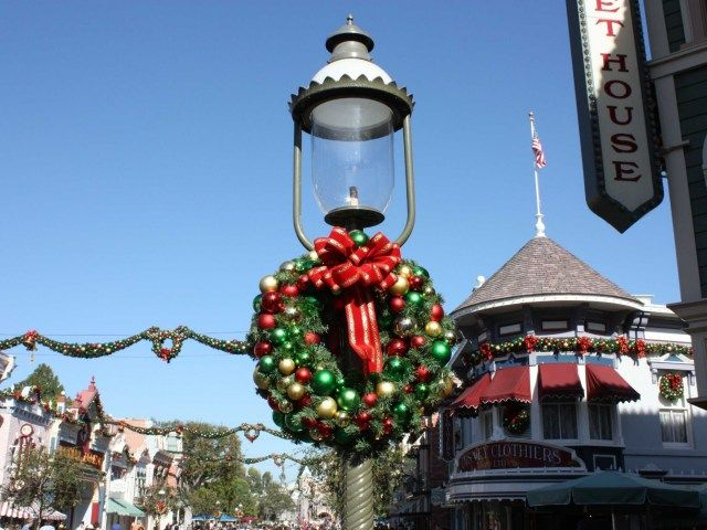 30 Awesome Disneyland Christmas Decorations | Disneyland christmas ...