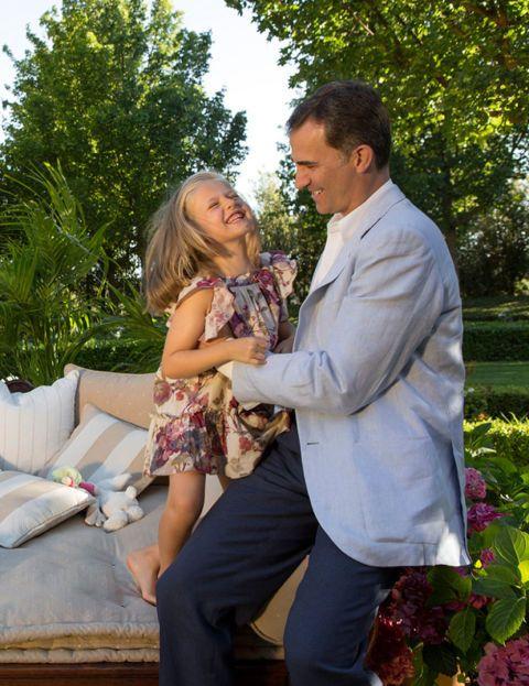 Las imágenes que se distribuyeron por el 40 cumpleaños de Letizia Ortiz, el 15 de septiembre de 2012, nos descubrió el lado más divertido de la pequeña Leonor. Muy sonriente, la hija mayor de Felipe y Letizia, jugaba con su padre, el príncipe Felipe, mientras se dejaban fotografiar. Lo cierto es que Leonor se mostraba como una niña muy feliz en las escasas ocasiones en las que aparece en el vida pública.