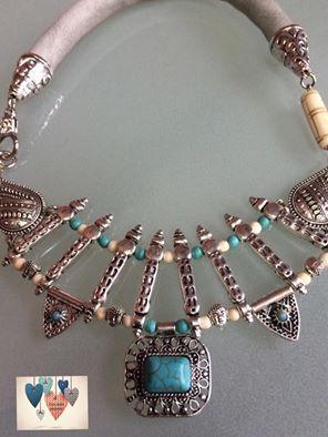 Gargantilla exclusiva realizada a  mano con turquesas y hueso con detalle de cuero