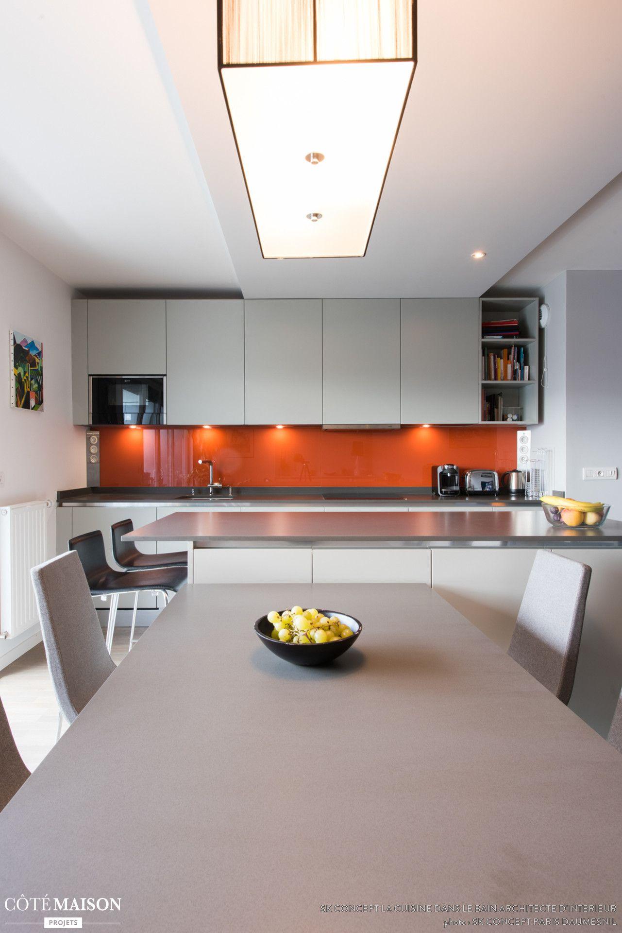 Une cuisine blanche ouverte sur la salle manger avec for Cuisine ouverte blanche