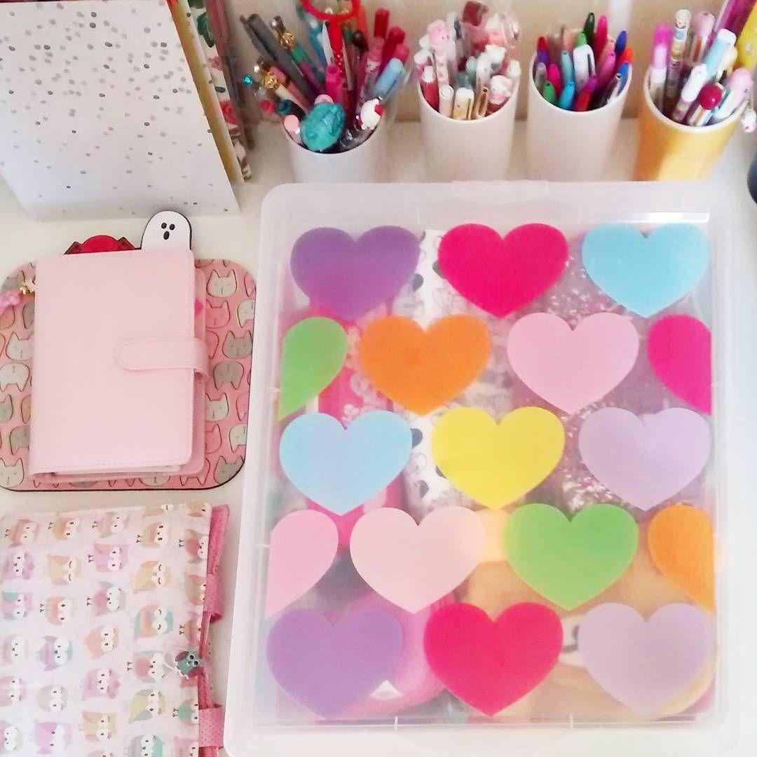 A estampa da caixa não poderia ser melhor, para guardar meus amados estojos. 😄💕😁 .  Bom dia pessoal! 🙌 Boa quinta! 😚 .  #bomdia #quinta #caixa #amor #amo #love #estojo #coração #picture #instagood #pic #insta