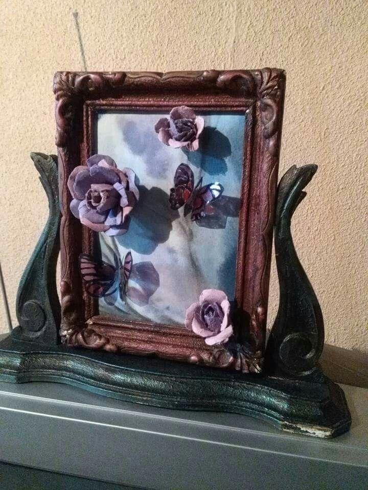 Marco antiguo, rosas de cartón de maple reciclado, mariposas de envases plásticos  de gaseosas pintado