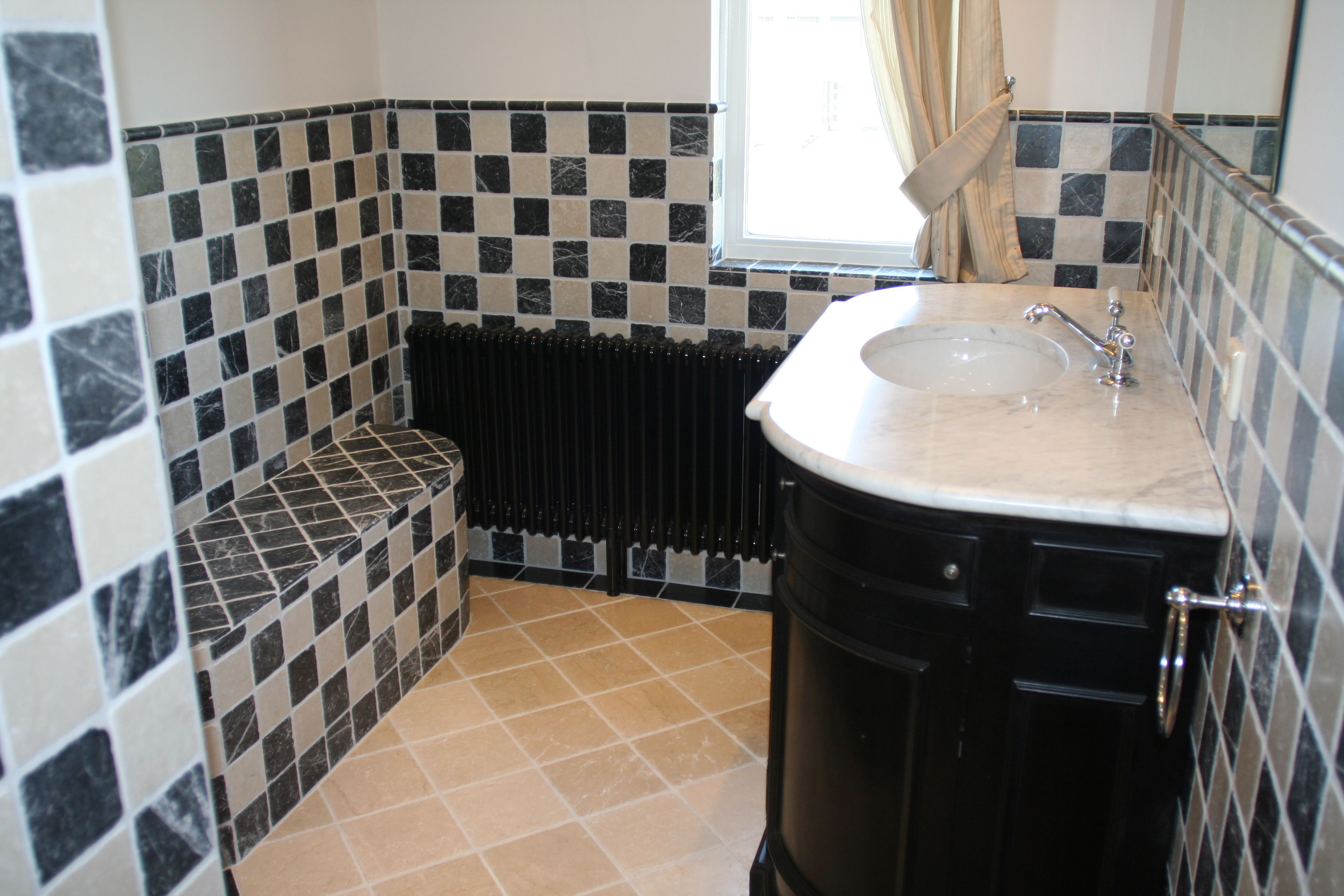 Klassieke Engelse badkamer met natuursteen en zitbank | Brocanterie ...