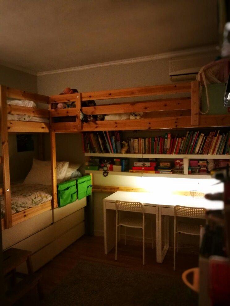 Convierte dos literas de ikea en una litera de tres con mas zona para jugar, estudiar y con espacio de almacenaje