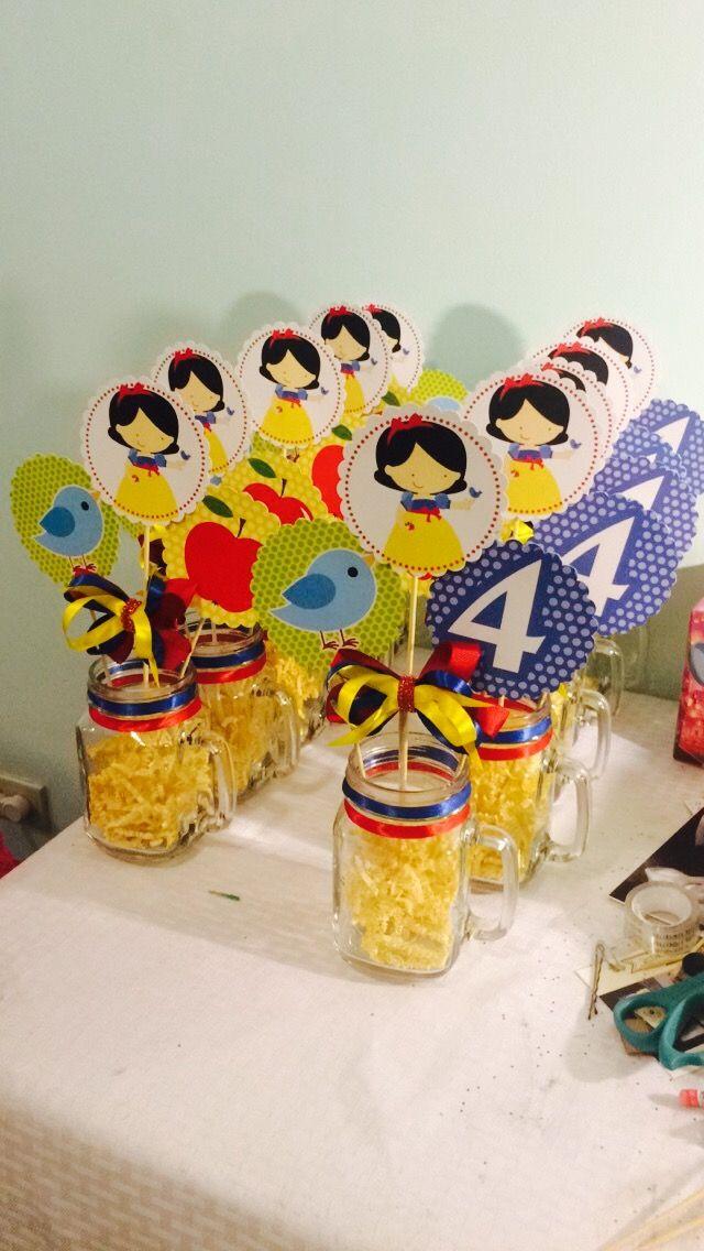 Diseño social: centros de mesa. Creemos en la reutilización de materiales: el moño es desprendible para un mayor aprovechamiento así como el tarro de vidrio. 🎀🍎🎈 #snowwhite #centerprice #red #blue #yellow #madeinmexico -El detalle hace la diferencia- 🇲🇽www.facebook.com/anabeldiseno ➡️www.facebook.com/anabeldisenointegral 🌎www.anabelmascarenoc.weebly.com 🎨 www.instagram.com/anabelmascareno