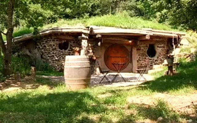 louer une maison de hobbit en bourgogne voyage insolite voyage insolite pinterest voyage. Black Bedroom Furniture Sets. Home Design Ideas