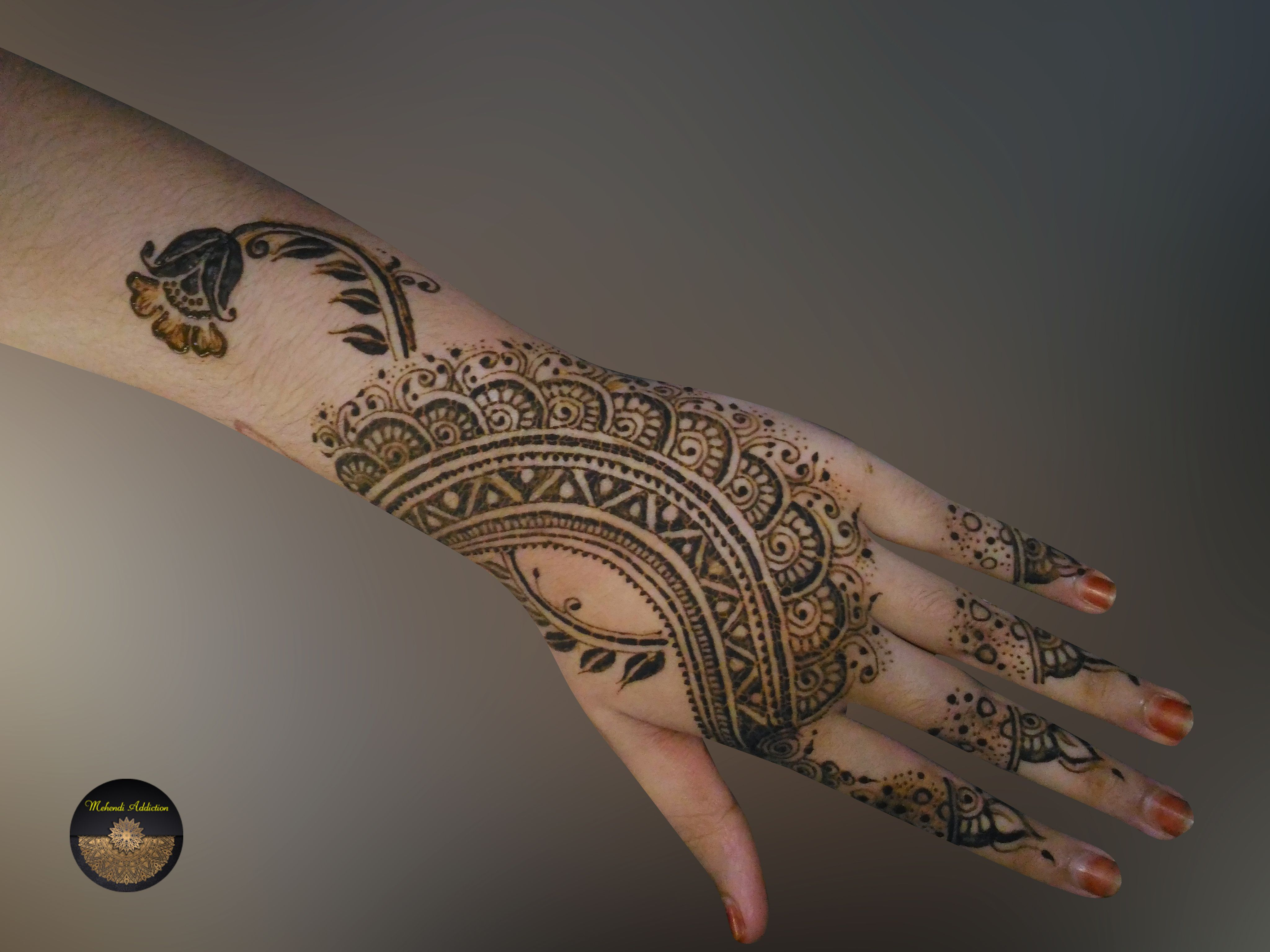 It's tough to draw a tiny thin line with kaveri because it is not soft like the organic mehndi. But hope it was good. #mehendi_addiction #mehndi #mehndidesigns #mehndioutfits #mehndibride #mehndiartist #mehndibridal #mehndisemibridal #mehndidecor