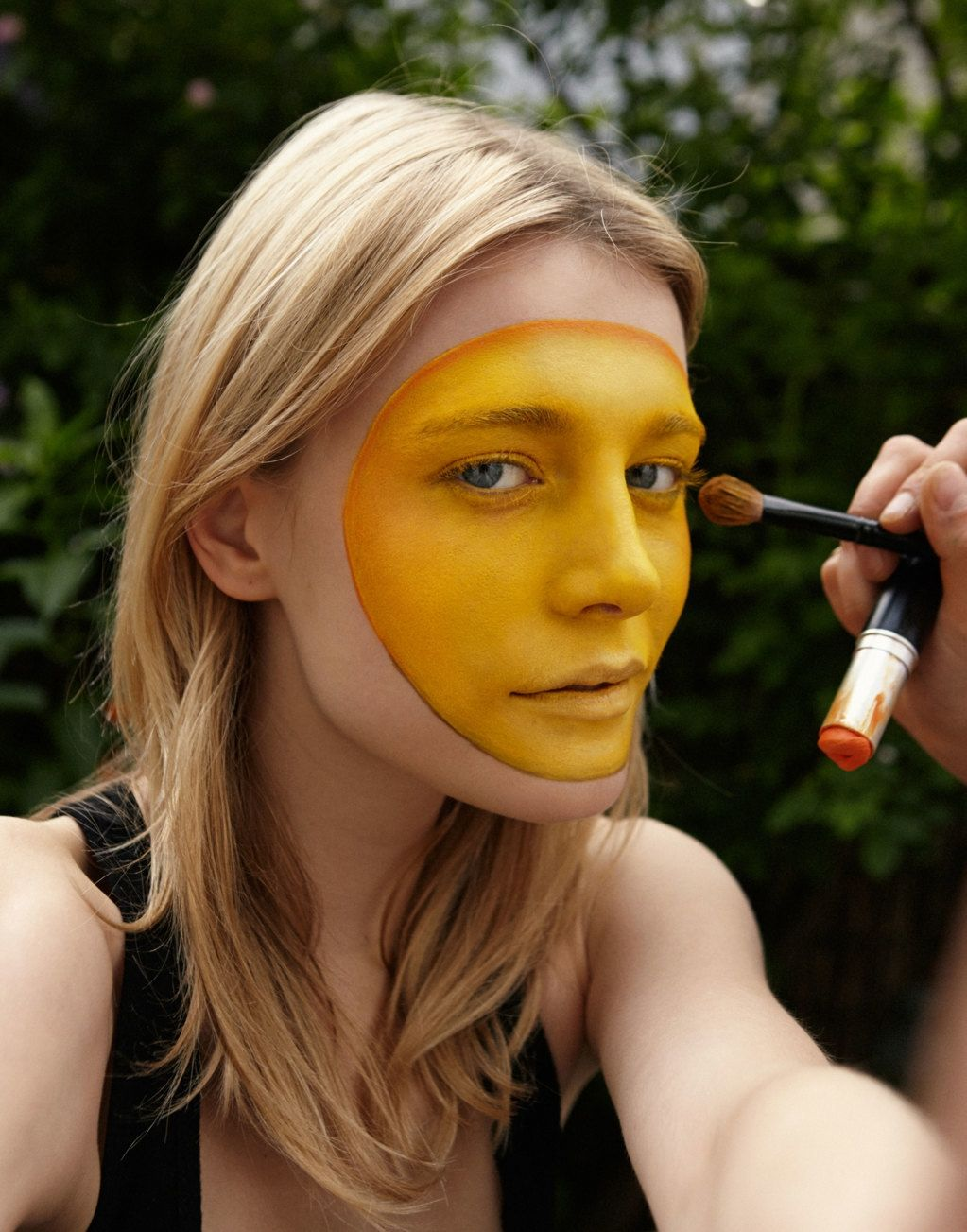 i tutorial di isamaya ffrench: emoji | Outline the edge of the circle with an orange pencil
