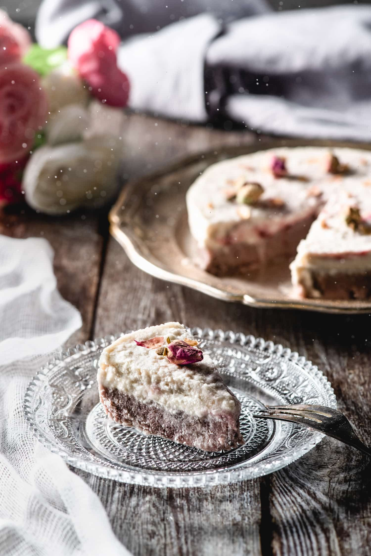 Gâteau cru à la rose, à la framboise et à la noix de coco